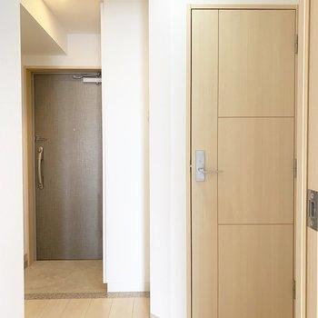 玄関も明るい印象※写真はクリーニング前・6階の同間取り別部屋のものです