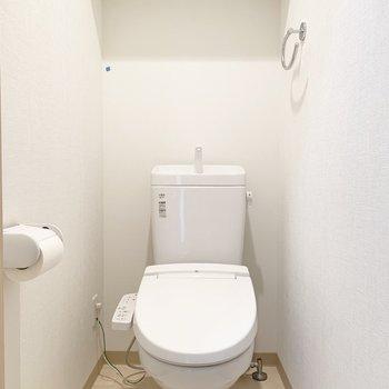 トイレには棚がついていました※写真はクリーニング前・6階の同間取り別部屋のものです