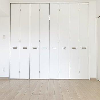 このお部屋は扉がいっぱい!※写真はクリーニング前・6階の同間取り別部屋のものです