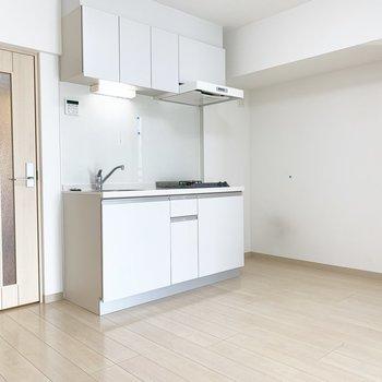ゆったりキッチン!※写真はクリーニング前・6階の同間取り別部屋のものです
