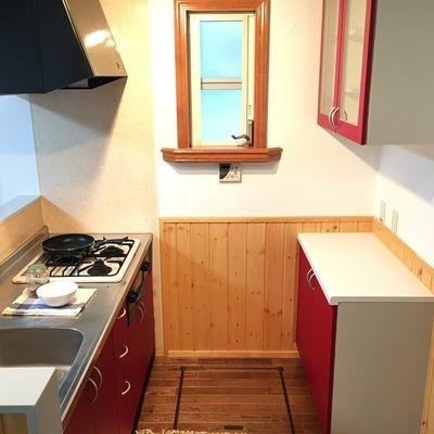 キッチンも洋風な感じ。赤いアクセントが可愛い