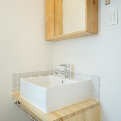 洗面台も木枠で可愛らしく。※前回募集時の写真