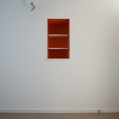 5.2帖洋室:お部屋を引き締める赤の小さい収納棚
