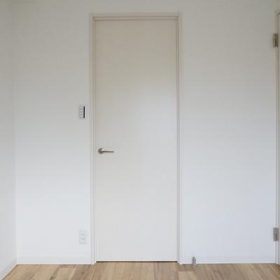 4帖洋室:あの扉の奥は歩いて入れるやつです!