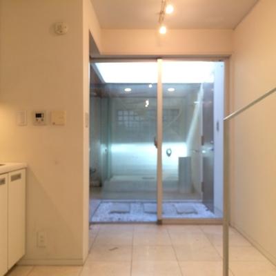 1階にはキッチンが。奥にはバスルーム