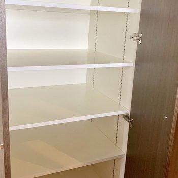 キッチン後ろに奥行きのある可動棚もうれしい!食品類やキッチン家電も余裕で入ります。