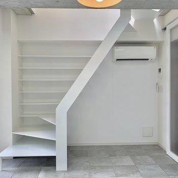 スタイリッシュな白い階段。