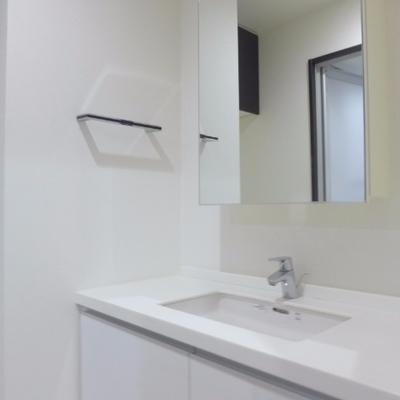 無駄のないきれいな洗面台!鏡の裏は収納です
