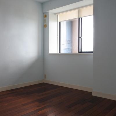 寝室は淡いブルーの壁紙です。さわやか。
