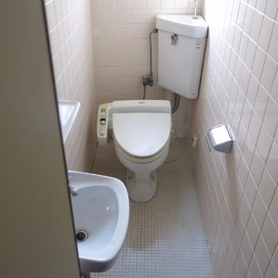 2階のトイレには小さめの洗面台も!