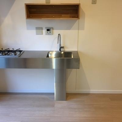キッチンはステンレスでスタイリッシュ!可動式のスポットライトもあります。※写真は前回募集時のものです