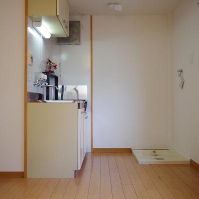 キッチンは洗濯機も置いて家事スペース