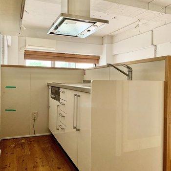 白で清潔感のあるキッチンです。