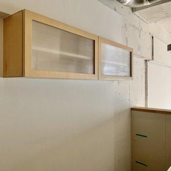 後ろには調味料や食器が並べられそうな棚。