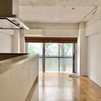 明るさを感じる大きな窓は南向き。床は暖かさを感じる無垢床です