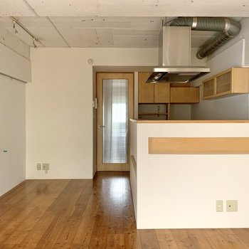 キッチンを囲う壁にはちょっとした棚が。雑貨を並べるのにいいかも。