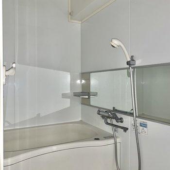 浴室乾燥機付きです。広めの浴槽でゆったり浸かれます。※写真はフラッシュを使用しています