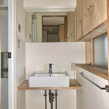 剥き出しの配管がかっこいい洗面台。※写真はフラッシュを使用しています