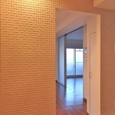 玄関の壁はダウンライトでおしゃれに照らされてます。