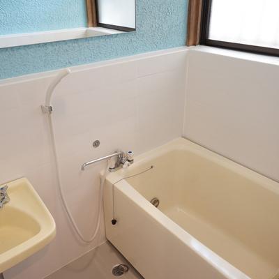 お風呂には追い焚きと窓が嬉しい!※写真は前回募集時のものです