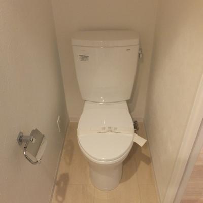 脱衣スペースにトイレもあります。特にウォシュレット機能は付いていません。※写真は前回募集時のものです