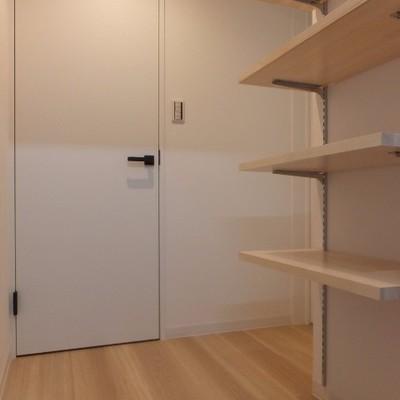 玄関には靴箱になりそうな棚が備え付け。※写真は前回募集時のものです