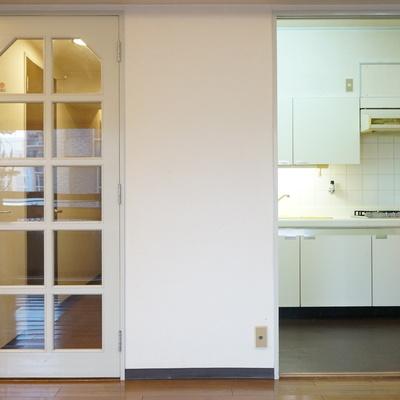 キッチンと洗濯機置き場へは右手から
