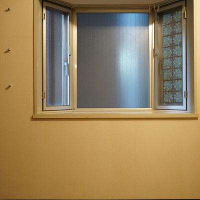 出窓の隣に掛けられるフック状のものが有りますね