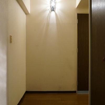 玄関のライトデザインがシブい