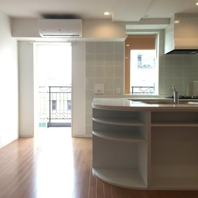 キッチンは対面式です、収納もたくさん!