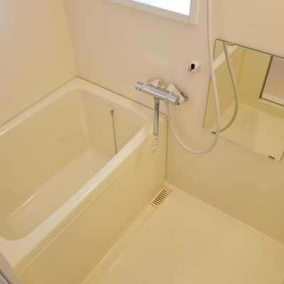窓と浴室乾燥付きのバスルーム。※写真は前回募集時のもの。