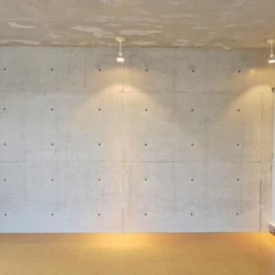 コンクリートの壁にダウンライト。※写真は前回募集時のもの。