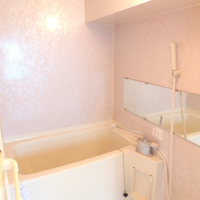 お風呂はそこまで広くないです※写真は別部屋