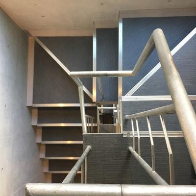 この階段を登って