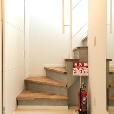 玄関開けてすぐ階段。※写真は前回募集時のものです