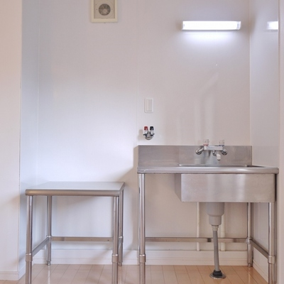 ステンレス剥き出しのキッチン※写真は、前回撮影時のもの