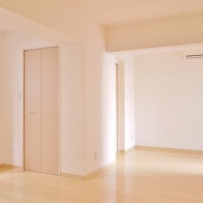 広々とした洋室。収納の入り口は2ヶ所。
