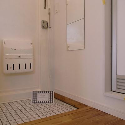 玄関まわりは白で統一※写真は別部屋