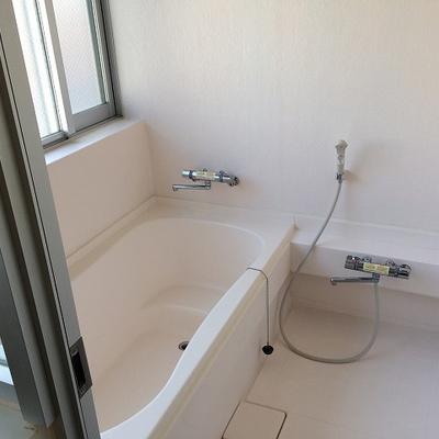 広々なお風呂。窓があるのもいいですよね※写真は5階の同間取り別部屋のものです