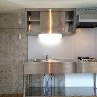 キッチンはスタイリッシュに。※写真は5階の同間取り別部屋のものです
