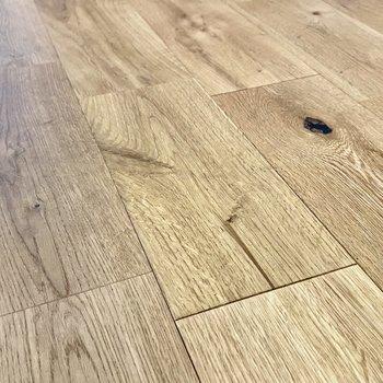 【ディテール】無垢床は木目のかわいらしい表情を楽しむことができます。