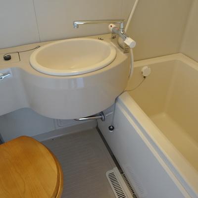 トイレは木製便座で可愛らしく♪※写真は前回募集時のもの
