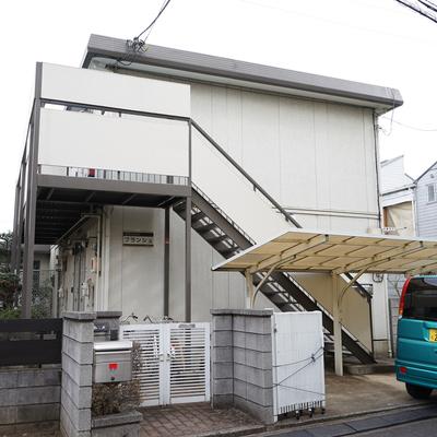 通りから一本入った場所にある2階建てアパート。