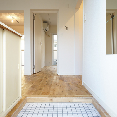玄関は白タイルでパッと明るく。※写真は前回募集時のものです