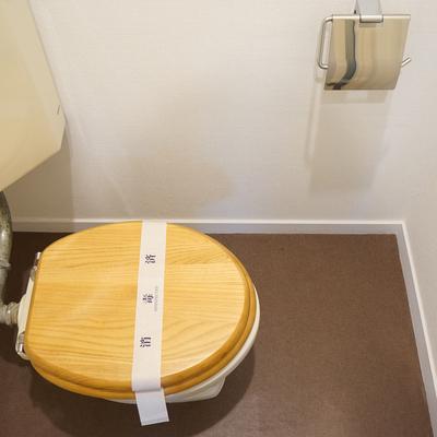 トイレは個室で木製便座です。※写真は前回募集時のものです