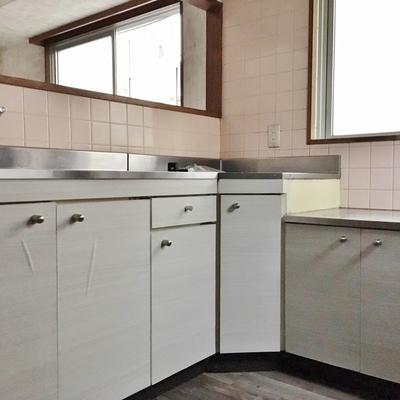 キッチンはL字型。