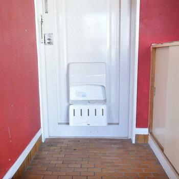 玄関も赤色に