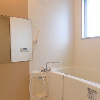 窓付のお風呂、浴室乾燥機がついているので雨の日も安心  (※写真は6階の同間取り別部屋のものです)