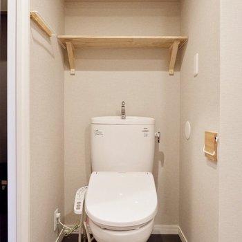 トイレ上には収納棚も。