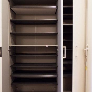 玄関廊下にも大容量な収納、シューズボックスがありました。